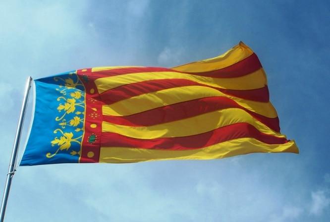 Bandera_de_la_ciutat_de_València_(Senyera_Coronada)_a_les_Torres_de_Serrans