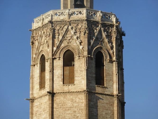 Ventanales_de_la_sala_de_campanas_de_la_torre_del_Miguelete_o_Micalet,_de_la_catedral_de_Valencia,_España