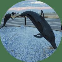 escultura de delfines en la malvarrosa