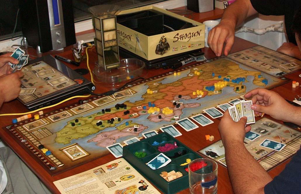 Jugando como antes y como ahora: bares con juegos de mesa y videojuegos