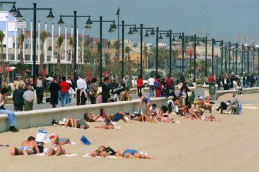 1997.04-Playa-de-las-arenas-y-paseo-marítimo-FOTO-EFE-1917x1280
